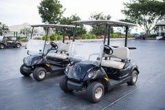 Carretti di golf su un club di golf nero della montagna Fotografie Stock Libere da Diritti
