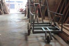 Carretto alla fabbrica di legno del mulino fotografie stock libere da diritti