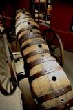 Carretto con il vecchio barilotto di birra Immagini Stock