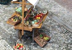 Carretto con la frutta e le verdure Immagini Stock