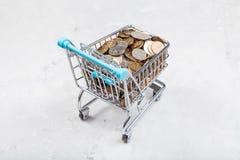 Carretto con le monete russe sul bordo concreto Fotografia Stock