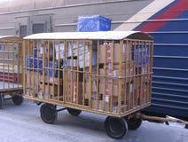 Carretto della posta con le lettere ed i pacchetti vicino alla stazione russa di Novosibirsk della posta caricata automobile immagini stock libere da diritti