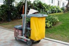 Carretto delle attrezzature per la pulizia nell'hotel o nel aparment o alta costruzione con un cappello conico in via del Vietnam Immagine Stock