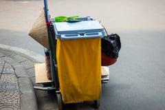 Carretto delle attrezzature per la pulizia nell'hotel o nel aparment o alta costruzione con un cappello conico in via del Vietnam Fotografia Stock