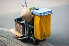 Carretto delle attrezzature per la pulizia nell'hotel o nel aparment o alta costruzione con un cappello conico in via del Vietnam Fotografia Stock Libera da Diritti