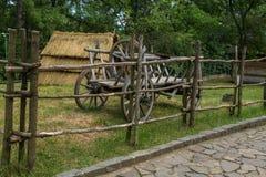 Carretto di legno con le stesse ruote di legno E con il quinto zapaska fotografia stock libera da diritti