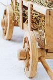 Carretto di legno del fieno su un fondo bianco Immagini Stock Libere da Diritti
