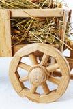 Carretto di legno del fieno su un fondo bianco Immagine Stock