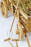 Carretto di legno del fieno su un fondo bianco Forcelle e rastrelli Fotografia Stock Libera da Diritti