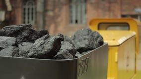 Carretto in pieno di un carbone stock footage
