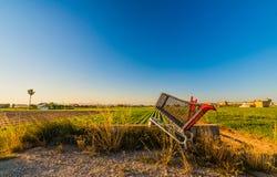 Carretto vuoto abbandonato dell'alimento nel campo Valencia, Spagna Fotografia Stock