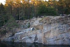Carrière avec de l'eau dans la forêt Photo stock