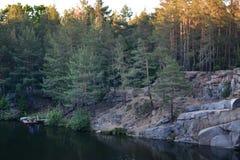 Carrière avec de l'eau dans la forêt Photos libres de droits