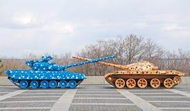 Carri armati brillantemente colorati con i barilotti attraversati. Immagine Stock