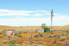 Carri armati del rifornimento idrico del mulino a vento, Australia Fotografia Stock Libera da Diritti