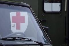 Carri armati di esercito nel campo, la croce rossa Immagine Stock