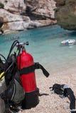 Carri armati di ossigeno rossi e gialli dello scuba per gli operatori subacquei su una spiaggia Immagini Stock Libere da Diritti