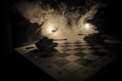 Carri armati nella zona di conflitto La guerra nella campagna Siluetta del carro armato alla notte Scena di battaglia Fotografie Stock Libere da Diritti