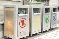 Carri armati per la separazione dell'immondizia Rifiuti colorati differenti che riciclano concetto di ecologia del contenitore Immagine Stock