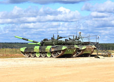 Carri armati russi su un campo militare Immagine Stock