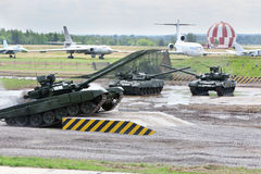 Carri armati T-90 di dancing alle dimostrazioni della tecnica Fotografia Stock Libera da Diritti