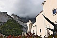 Carri?res de marbre en Colonnata et monument au carrier La ville est c?l?bre pour le lardo di Colonnata et pour l'extraction photo libre de droits