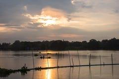 Carriera di pesca del fiume di tramonto di sera Fotografia Stock