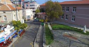 Carril con un café de los pescados en el Pomorie búlgaro almacen de video