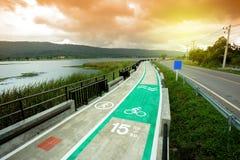 carril de bicicleta con el lago por otra parte Imagen de archivo