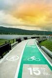 carril de bicicleta con el lago por otra parte Fotografía de archivo libre de regalías
