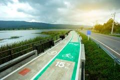 carril de bicicleta con el lago por otra parte Fotos de archivo