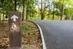 Carril de bicicleta con la muestra de la bicicleta Foto de archivo libre de regalías
