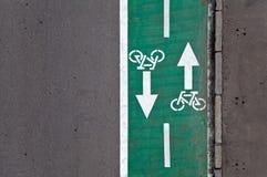 Carril de bicicleta con textura de la marca de camino fotos de archivo