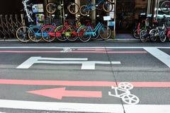 Carril de bicicleta en el área de Kyoto, Japón Imagenes de archivo