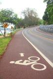 Carril de bicicleta en la calle del uphill&downhill con la muestra, la flecha y marcha imagen de archivo