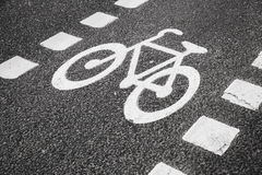 Carril de bicicleta Marca de camino blanca foto de archivo
