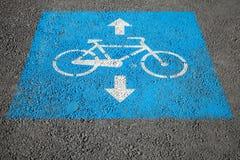Carril de bicicleta, marca de camino sobre la carretera de asfalto urbana imágenes de archivo libres de regalías