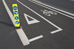 Carril de bicicleta y señal de tráfico del peatón Fotografía de archivo libre de regalías