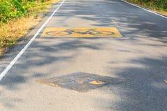 Carril de la bici en la carretera de asfalto Fotos de archivo libres de regalías