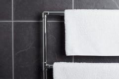 Carril de toalla en cuarto de baño Fotografía de archivo libre de regalías