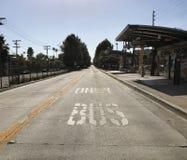 Carril del autobús solamente en la vecindad del pueblo del valle de Los Ángeles foto de archivo