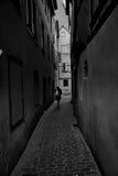 Carril del callejón en negro y wihite con la mujer Fotos de archivo