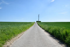 Carril del camino y cielo azul profundo Imagen de archivo libre de regalías