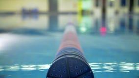 Carril del flotador de la piscina almacen de metraje de vídeo