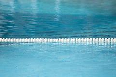 Carril del flotador de la piscina para la textura y el fondo de la pista Fotografía de archivo