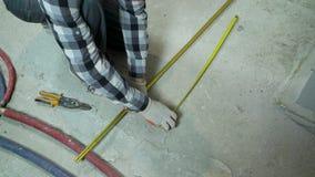 Carril del metal de los cortes del constructor con esquileos después de medirlo almacen de video