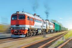 Carril del terraplén del ferrocarril del movimiento de la falta de definición del tren de carga imagen de archivo