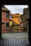 Carril estrecho en la ciudad histórica de Oporto Fotos de archivo
