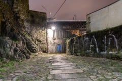 Carril estrecho en la ciudad histórica de Oporto en la noche Imagen de archivo libre de regalías