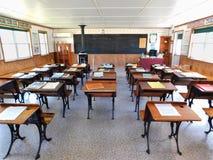 Carril interior Amish del sauce una escuela del sitio imagenes de archivo